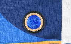 選手着用のプロモデルには、ホログラムワッペンを着けた高級感の有る仕上がり