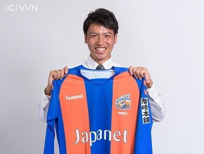 V・ファーレン長崎のユニフォームを手に、笑顔を見せる中村選手