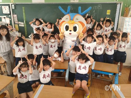 【ホームタウン】真崎小学校であいさつ運動とV-DREAMを行いました(10/6) サムネイル